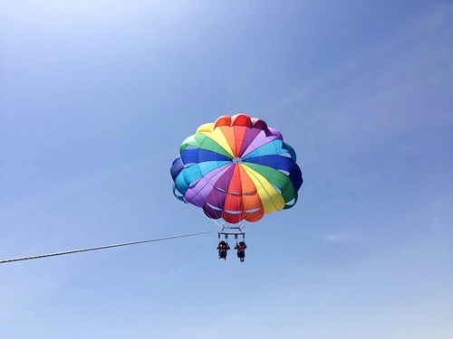 parasailing-over-the-red-sea